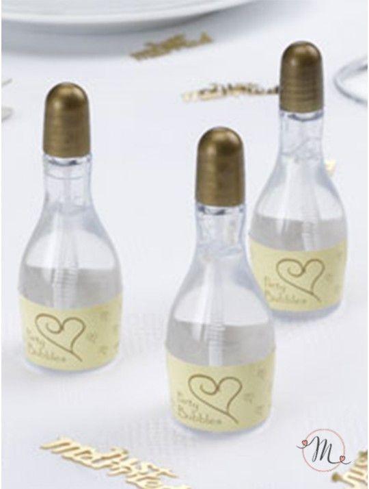 Bolle di sapone Champagne oro. Bolle di sapone a forma di bottiglia di champagne con tappo avorio ed etichetta con cuoricini oro. Altezza: 8 cm circa. Deliziosa idea per nozze, anniversari ed altri eventi il cui tema siano vini e spumanti.  Confezione da 24 pezzi.  Ordine minimo 24 pezzi e multipli di 24.  Il liquido all'interno non è tossico e non macchia. #matrimonio #weddingday #ricevimento #wedding #segnaposto #sconti #weddingideas #ideasforwedding #burbujas #bodas #seifenblasen…