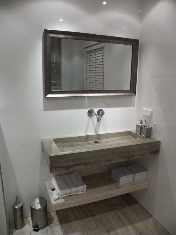 25 beste idee n over betonnen wastafel op pinterest beton badkamer wastafels en kranen - Badkamer met houten meubels ...