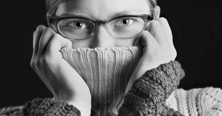 Como ser mais sociável e menos inseguro. Enquanto uma certa quantidade de auto-consciência pode ser positiva e ajudá-lo a navegar por situações sociais complicadas, sentimentos agudos de auto-consciência pode inibir você e dificultar a sua capacidade de fazer amizades e outras conexões sociais. Acabar com esses sentimentos de inadequação e medo pode ser um processo difícil, e você pode ...