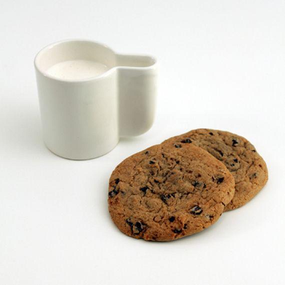 A muchas personas les suele gustar mucho mojar en el café o en el cacao y en ocasiones se encuentran con que la taza es demasiado pequeña. Esta taza está especialmente pensada para poder mojar galletas gigantes.El diseño de la taza es realmente atractivo y nos permitirá mojar en nuestra bebida favorita cualquier tipo de galleta, incluso las que son realmente grandes y no caben en otras tazas.  http://www.neodalia.com/es/ventas/taza-para-galletas