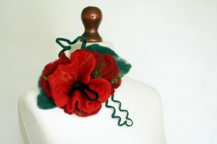 Broszka z wełny czesankowej- czerwony kwiat