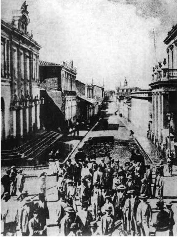 Vista de la calle 1 Oriente desde la Alameda al sur. Al costado izquierdo de observa el antiguoTeatro Municipal de Talca. Ca. 1920.