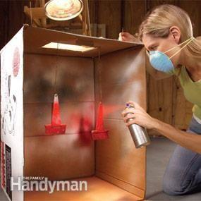 """Caixa de papelão impede overspray. Caixa de papelão impede overspray  Evitar pintura """"overspray"""" com esta cabine de pintura inteligente feita a partir de uma caixa de papelão. Cortar um orifício na parte superior da caixa. Cubra a abertura com filme plástico e coloque uma luz loja acima para iluminar o seu projeto. Você pode usar cabides, cutucou através do cartão, para segurar e girar os objetos que você está pintando-os."""