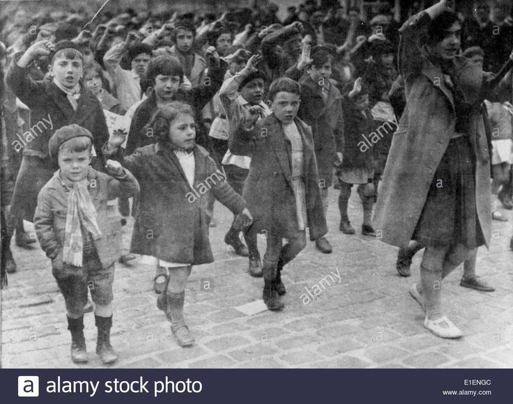 Download this stock image: Boys and girls show the communist salute, raised arm with fist, during a march in Paris, 1936. The Front Populaire - a union of left-wing French political parties - wons the elections in May 1936 and formed a new government under Prime Minister Leon Blum. Photo: Berliner Verlag/Archive - NO WIRE SERVICE - E1ENGC from Alamy's library of millions of high resolution stock photos, illustrations and vectors.