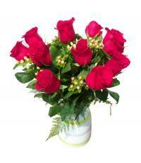Arreglo de rosas Leiden:  Rosas rojas e hypericum decorado en florero de cerámica. Diseño exclusivo de florería Pétalos y Hojas, de venta por delivery en Lima