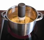 Den kontinuerlig vispingen sørger for at dine retter blandes ordentlig og at maten ikke svir seg.  Vispen er svært praktisk og passer både for profesjonelle og amatører på kjøkkenet, eller for dem som bare trenger én ekstra hånd. Den har tre ulike hastigheter som justeres ved å trykke på toppen av vispen. Bena til den automatiske vispen tas lett av og kan vaskes i oppvaskmaskin.