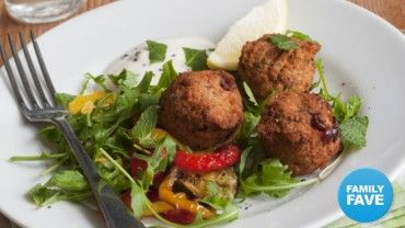 Your family will love this recipe for falafel with sweet pepper salad. Rich in plant protein, this is a quick, wholesome and delicious meat-free meal.