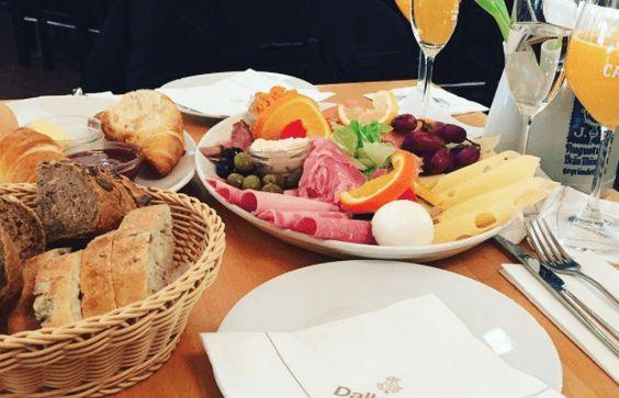 Wir haben uns durchprobiert und stellen euch 21 Restaurants und Cafés in München vor, in denen ihr wunderbar frühstücken könnt.