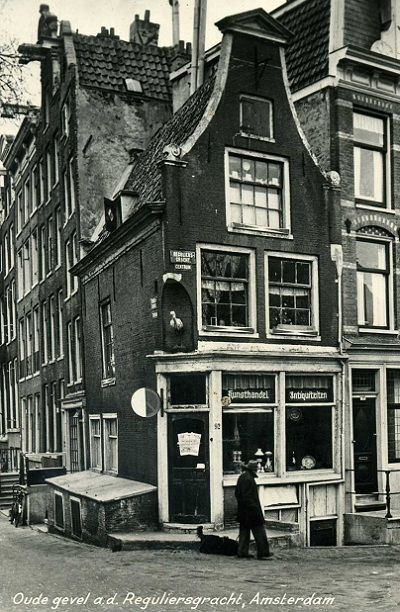 1940. The Reguliersgracht is a canal in the center of Amsterdam that connect the Herengracht with the Lijnbaansgracht. The canal crosses the Prinsengracht and Keizersgracht. The Reguliersgracht with its canal houses was part of the fourth expansion of Amsterdam that started in 1658. #amsterdam #1940 #Keizersgracht