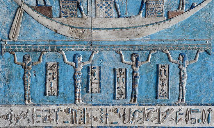 [MISIR 29564] 'Tanrıçalar, Dendera'da gökyüzü destekliyor.' Kardinal noktaları dört tanrıçalar yıldız at, Dendera'da Hathor Tapınağı'nın dış hypostyle salonunda astronomik tavanda gökyüzü dolu taşıyor. Astronomik tavan yedi ayrı şeritler oluşur, ama burada İLK STRİPTİZ merkezine BATININ bir ayrıntı bakıyoruz. Bu resimde tanrılar Dolunay ile uğraşan ve strip güney ucunda bulunan bir panel bir parçası. Resmin üstünde gökyüzünde Dolunay (Ayrıca bakınız fotoğraf 29563) kişileştirme olarak...