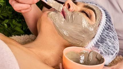 Masca preparată în casă care rezolvă problema depigmentării pielii și elimină petele de bătrânețe