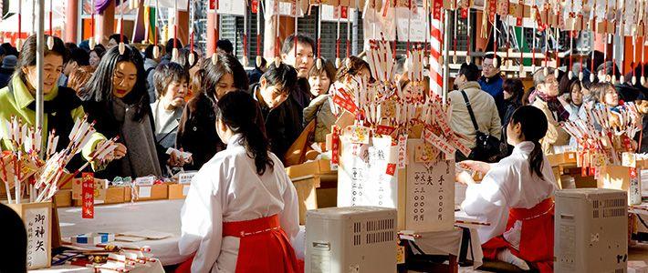 La religión es un elemento que ejerce una profunda influencia tanto sobre la identidad del individuo como sobre la configuración de la sociedad, pero ¿qué significado tiene para los japoneses en la actualidad y qué papel desempeñó en el proceso de formación nacional de Japón antes y después de la Segunda Guerra Mundial? En este artículo el especialista en estudios religiosos Shimazono Susumu nos descifra la relación de los japoneses con la religión.