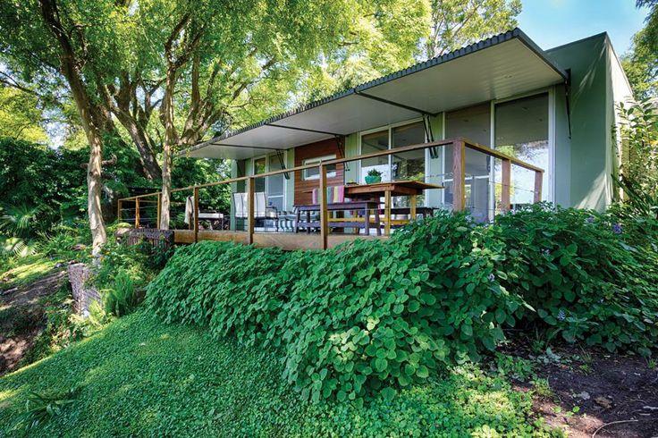 Por su liviana estructura de acero galvanizado combinado con madera, placas de yeso y fenólico, la construcción puede transportarse sin sufr...