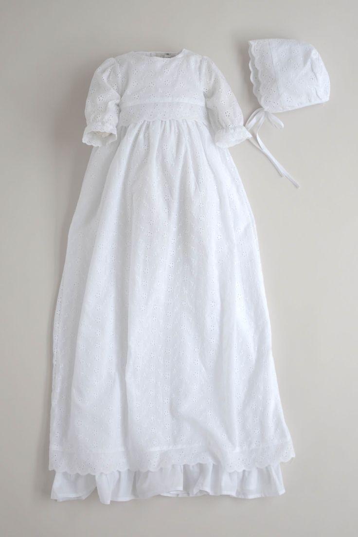 Hvit dåpskjole i bomulls broderi anglaise 100% bomull Tynn bomullskant Lange ermer Lengde: 95-100 cm Dåpslue: 99 kr Oppbevaringspose: 89 kr Ekskl. sløyfe