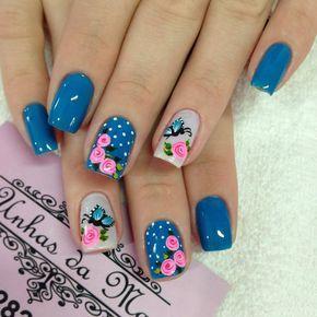 uñas azules puntos y flores vintage