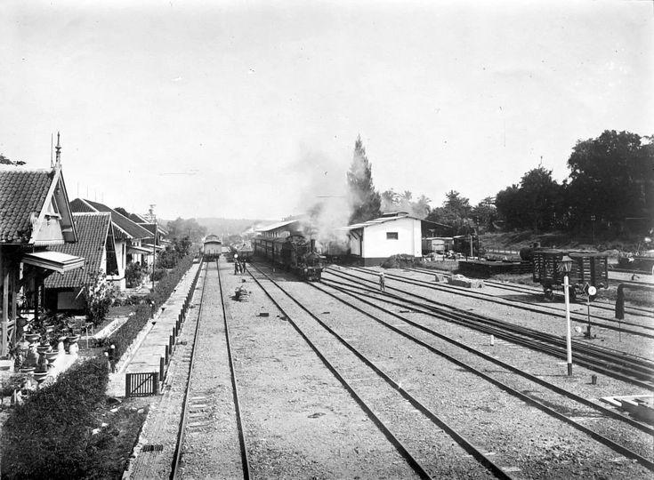 Station Goendih van de Nederlandsch-Indische Spoorweg Maatschappij met in de richting Semarang en Soerakarta vertrekkende treinen. 1910-1920