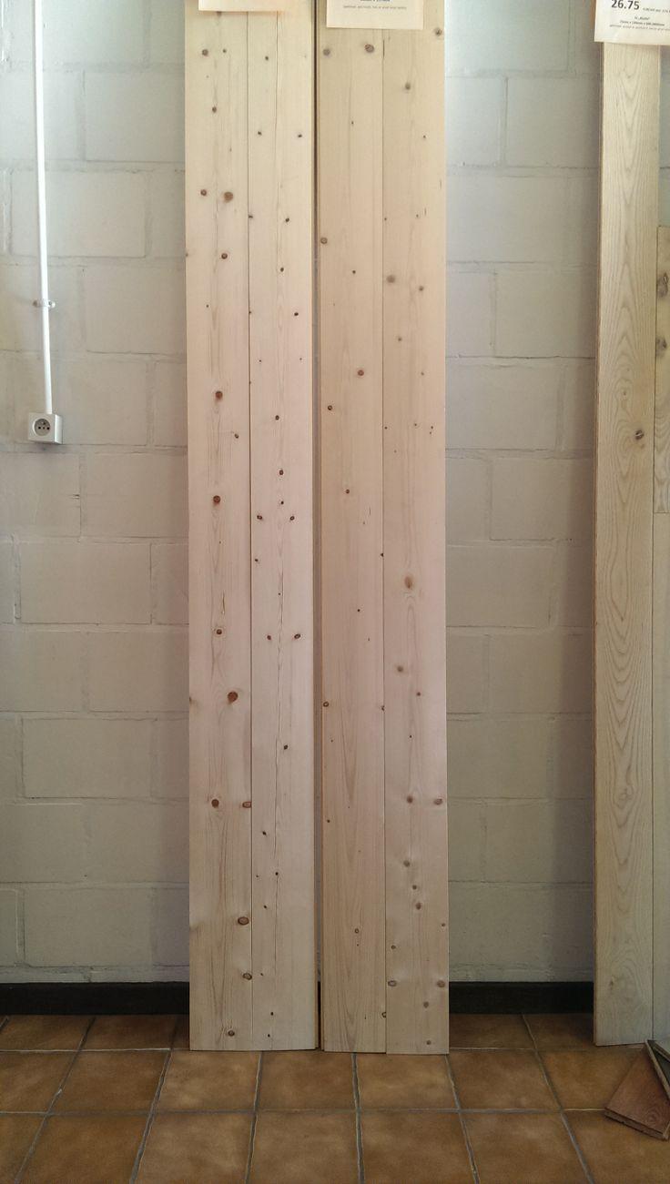 Massieve dennen planken  Ideaal voor tuinhuis, plafond, vloer of lambrisering, zolderkamer of kelder. 20 mm dik 137 mm breed. Legklaar: gedroogd en geschuurd.  Met uitgevallen noesten: 20 x 137 x 1800-3000 mm voor 9,45 €/m² Zonder uitgevallen noesten: 20 x 137 x 1800-3000 mm voor 11,60 €/m² Alle prijzen zijn exclusief BTW. Voor meer informatie kijk op onze website: http://belat.be/nl/goedkope-prijzen/houten-vloeren/dennen-plankenvloer