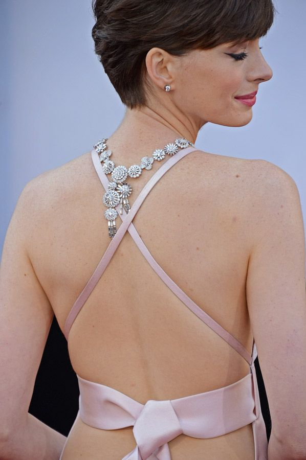 Anne Hathaway - Oscar 2013 http://juliapetit.com.br/moda/colar-invertido/