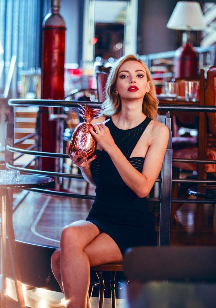 Φόρεμα mini στενό ελαστικό με σχέδιο στο μπούστο. Το φόρεμαέχει διαφανή ρίγα στο μπούστο ενσωματωμένο ύφασμα και αφήνει ακάλυπτους τους ώμους. Το ύφασμα είναι κρεπ και κλείνει με φερμουάρ στη πλάτη. Είναι ένα βραδυνό φόρεμα και σύνδυάζεται με γόβες η μπότες.  POLYESTER 95% - ELASTHAN 5%