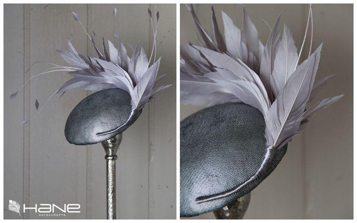 Casquete en gris metalizado con plumas de Hane. Un detalle pequeño pero contundente