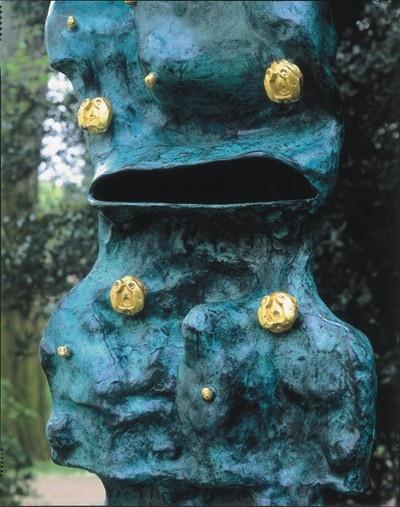 Chaosmos escultura de bronce realizada en 1970. Escultura de 180 cm de alto y se encuentra en el Paque de las Esculturas de Viersen, Alemania.
