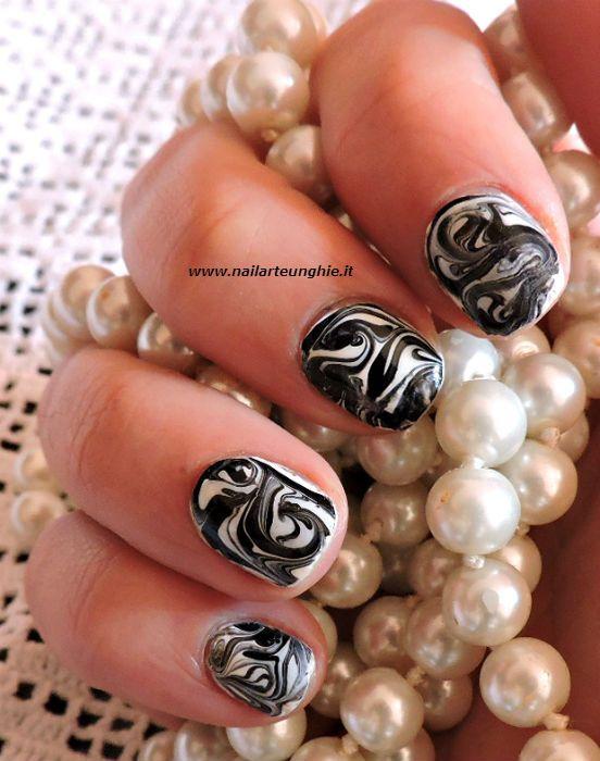 <p>Anche oggi voglio condividere con tutte voi un nuovo tutorial nail art. Oggi creeremo una nail art marmorizzata in bianco e nero senza acqua, con la tecnica della cartellina trasparente di cui vi ho parlato anche qui. Pronta a scoprire tutti i passaggi? Allora entriamo subito nel dettaglio! Nail art …</p>