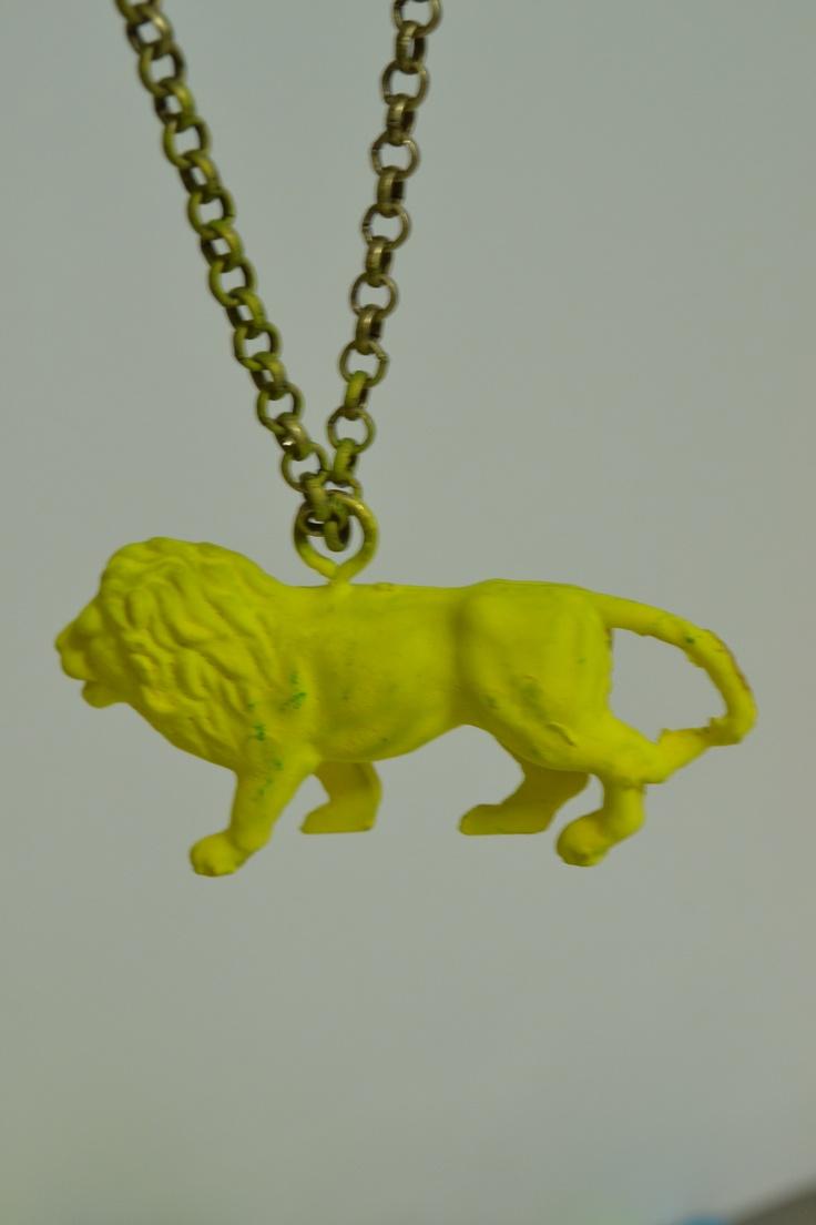 Fluo gele leeuw aan een lange ketting