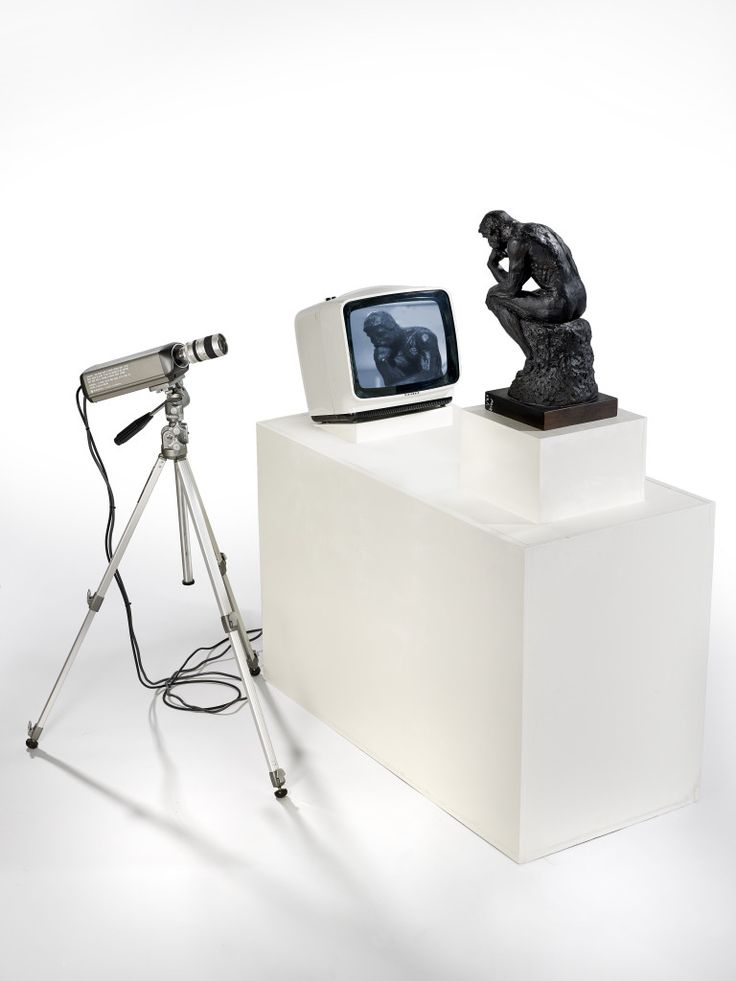Nam June Paik : TV Rodin (le penseur), 1978. Moniteur, caméra, moulage plâtre. 132 cm x 110 x 115. Phto : Primae / Claude Germain. The Estate of Nam June Paik.