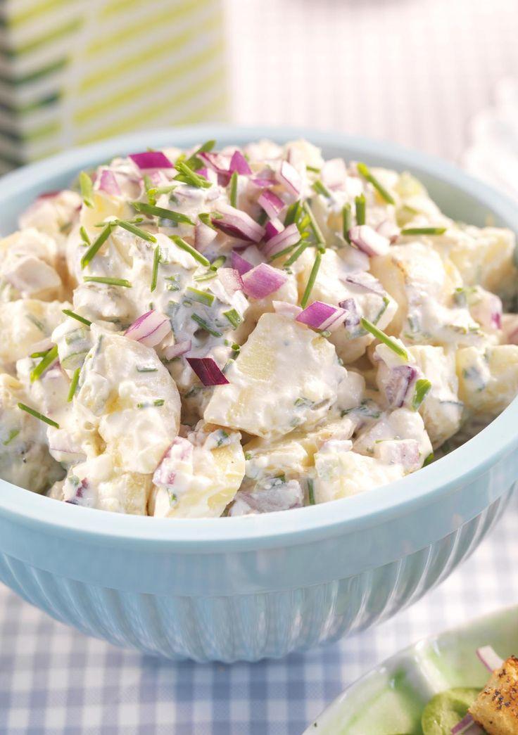 Det er smart å koke mer poteter enn du trenger den ene dagen. Av rester av kokte poteter lager du raskt gode potetsalater som denne med løk og sylteagurk. Potetsalat smaker godt til både lam og fisk.