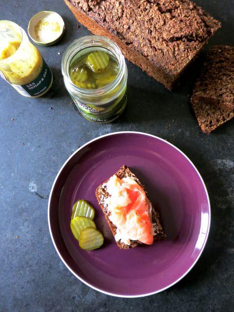 Comida rapida made in Ikea: pepinillos, salsa de eneldo, salmòn y pan hecho en casa - Quick lunch Ikea-made: pickles, dill sauce, salmon and home made bread