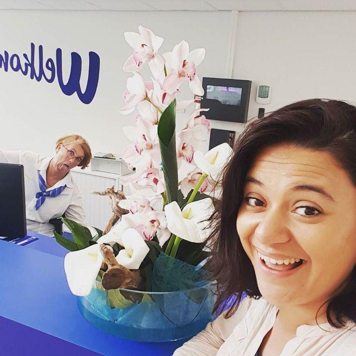 Denk je een mooie foto te maken met een bloemstuk... #photobomb @werkenbijrexel #receptie #receptioniste