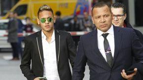 Foto: Neymar à chegada ao público com seu pai e seus advogados (Cordon Press).