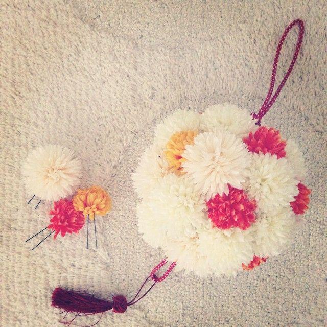 まんまるブーケ  和装の前撮り用にせっせと作りました*  思いのほかお花がたくさん必要で 作ってるときは 床がピンポンマム パラダイスになりました(笑)  前撮りが終わった今、このコ一体どうしましょ(笑)  #ブーケ #和装ブーケ #前撮り小物 #結婚式準備