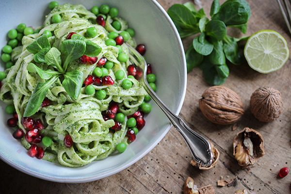 Köstlich vegan: Pasta mit Feldsalat-Pesto, Erbsen & Granatapfelkernen