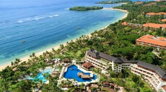 Nusa Dua adalah pusat penginapan mewah, resor golf, restoran bergengsi, dan tempat rekreasi. Selancar dan menyelam adalah dua aktivitas populer untuk pengunjung yang suka berpetualang di destinasi pantai ini.