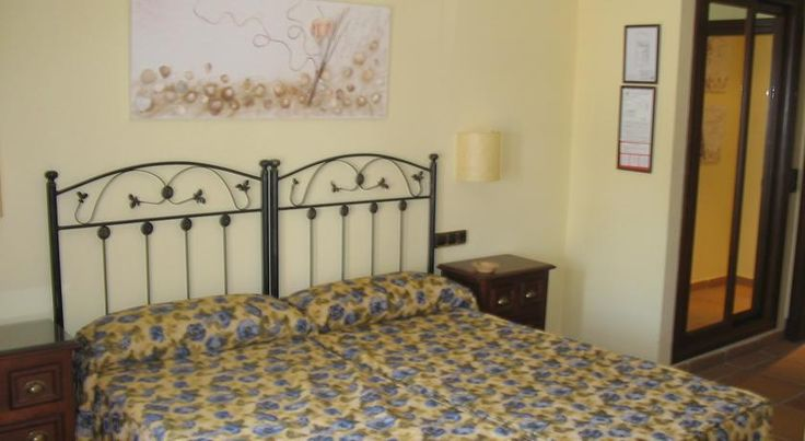 Avenida Playa Zahara de los Atunes This small hotel is just 50 metres from the beach in Zahara de los Atunes, on the Costa de la Luz. All rooms at the Avenida Playa have free Wi-Fi access.  The hotel has an ideal setting, between Conil de la Frontera and Tarifa.