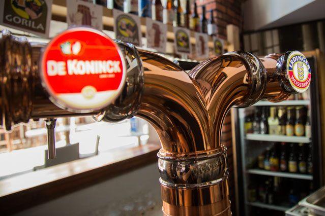 Craft Bier vom Fass oder importiert, im Gorila finden Sie die beste Auswahl und Angebot an Bieren in der Provinz Cadiz, die mit großzügigen Tapas genossen werden können.