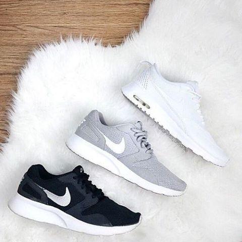 Las zapatillas deportivas como estas combinan muy bien con un jeans