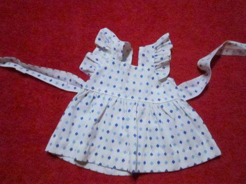 Schoene-alte-Puppenkleidung-Niedliches-weisses-Kleid-mit-Mustern