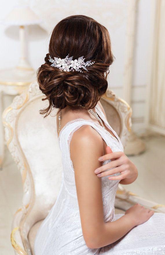 Novia pelo peine pelo boda peine accesorios para el cabello de novia tocado de novia peine de boda de novia tocado peluca novia nupcial peine peine flor  Disponible en color oro y plateado.  Tamaño: -la longitud de 15cm (5,9) -el ancho de 5cm (2)   Si te gustan las cosas bellas, debe caer en amor con este peine de cabello nupcial único. Este accesorio de pelo de boda magnífico está hecha de flores, brillantes cristales y perlas. Color plata noble lo hace luminoso y radiante. El peine de…