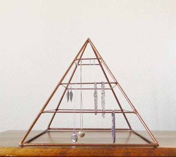 Welded Pyramid Jewelry Display in Copper par RagNBoneVintage, $95.00