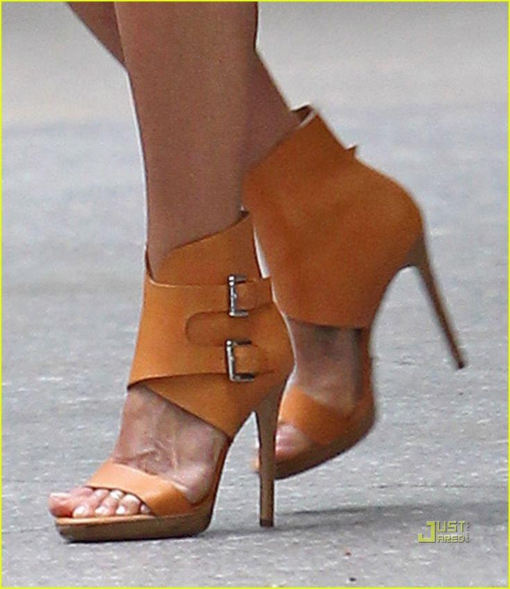 entre des sandales à talons et des boots ! super sexy !
