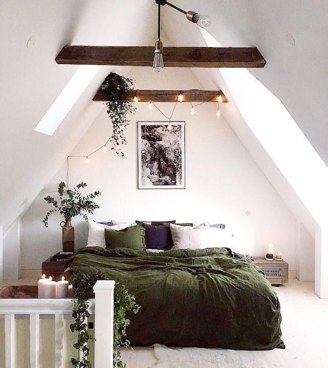 Tover een rustieke zolderkamer met houten balken om tot een romantisch urban jungle walhalla met een groene dekbedovertrek, fairy lights en hangplanten. // via French by Design