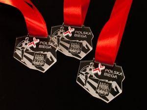 Cała Polska Biega. Medale sportowe o nietypowym kształcie, z pleksi przezroczystej, z wklejką z laminatu grawerskiego.