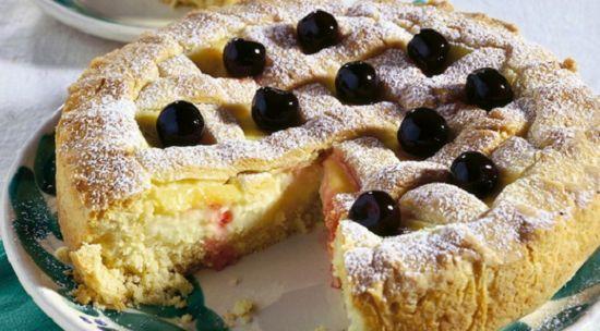 Non perdete la ricetta della torta pasticciotta con crema al profumo di limone e amarene golose. Buonissima da gustare ben fredda