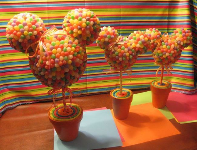 Que lindo... Jujuba, bolas de isopor, algodão colorido na base do vaso e vaso de cerâmica... Prontinho, um lindo centro de mesa para temas Mickey e Minnie