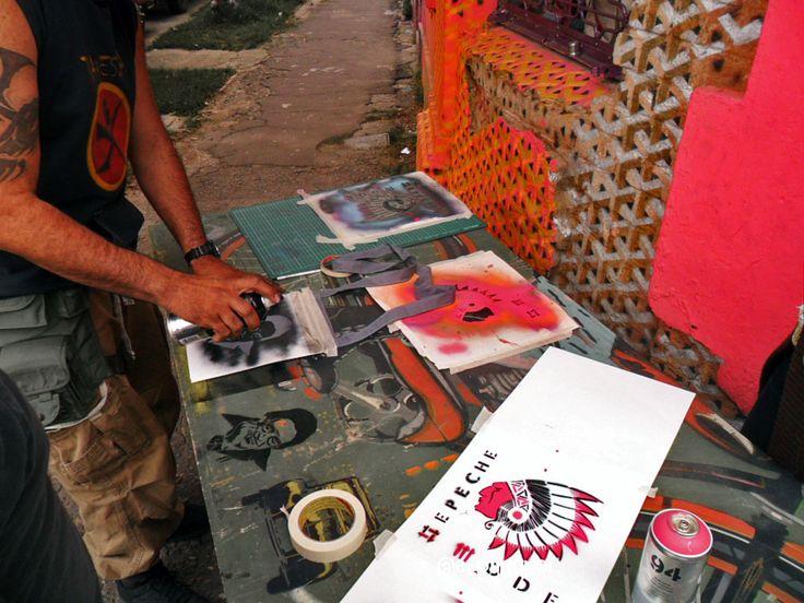Graffiti tour y taller de stencil con 5Bogota y Trama