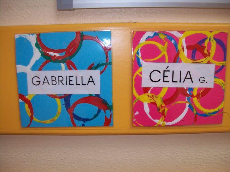 Sur un morceau de canson de couleur, nous avons réalisé des empreintes de verres (de la dînette) trempés dans la peinture.
