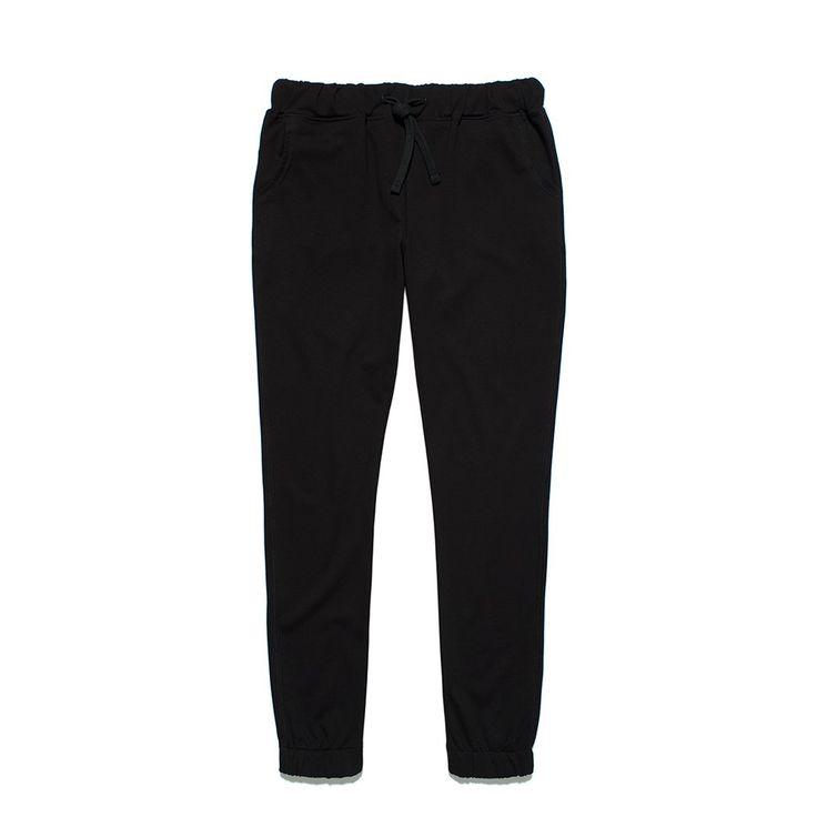"""Spodnie Dresowe BASIC BLACK Klasyczne damskie spodnie dresowe o luźniejszym kroju. Materiał dresówka pętelka. Z tyłu na kieszonce mały haft """"P"""". W pasie i na dole ściągane gumą."""