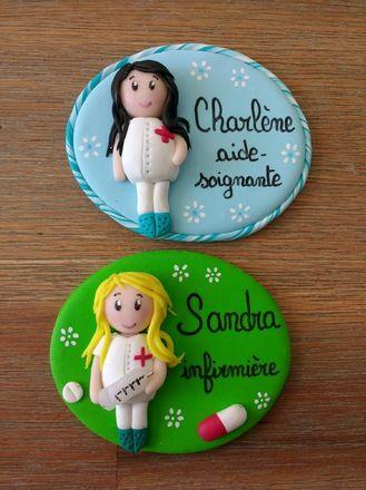 Badges en fimo réalisés sur demande pour infirmier et  aide- soignante... : badge représentant des petites soignante, un sur fond vert et l'autre sur fond bleu , personnalisés  - 17540424